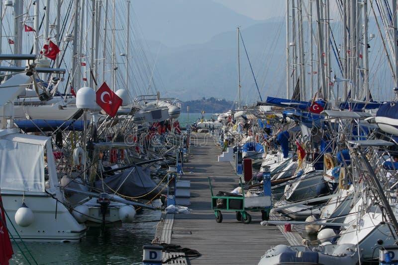 游艇和小船在码头在小游艇船坞费特希耶,Mugla,土耳其 库存照片