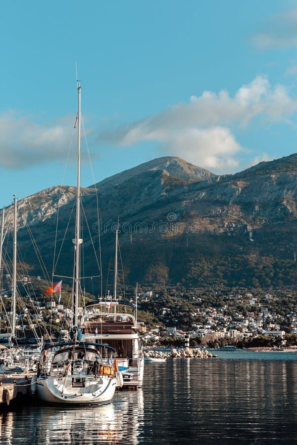 游艇和小船在码头 图库摄影
