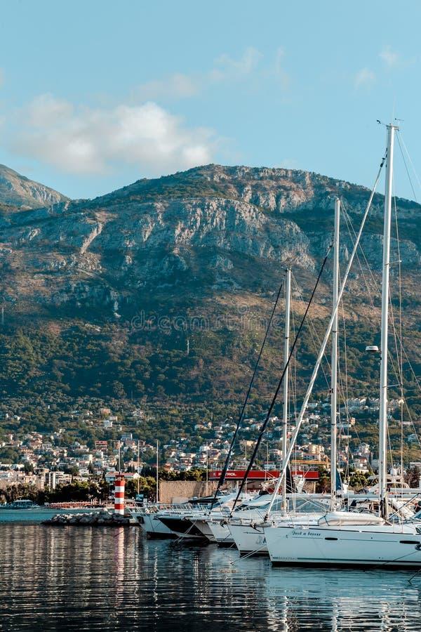 游艇和小船在码头 免版税库存图片