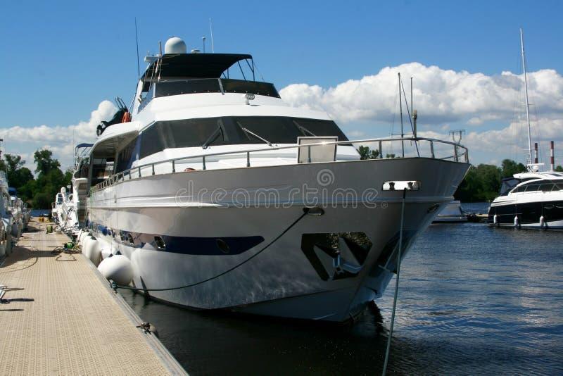 游艇和小船被停泊在码头 库存照片