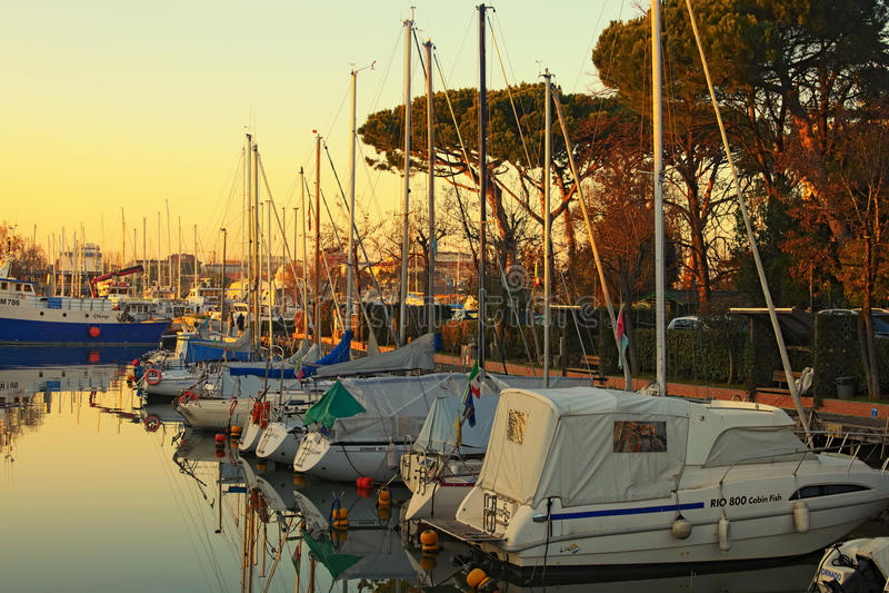 游艇和帆船在切塞纳蒂科港日落的 免版税图库摄影