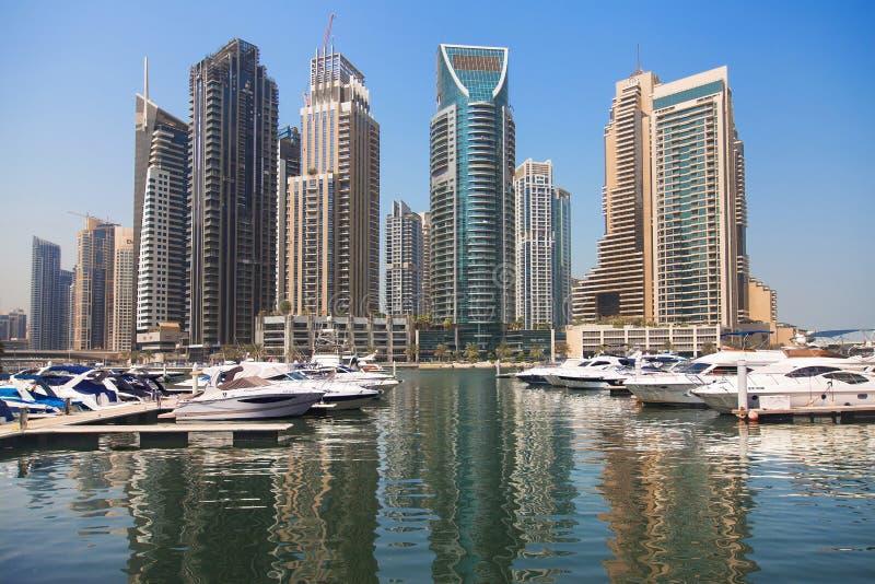 游艇和摩天大楼迪拜小游艇船坞的 库存照片