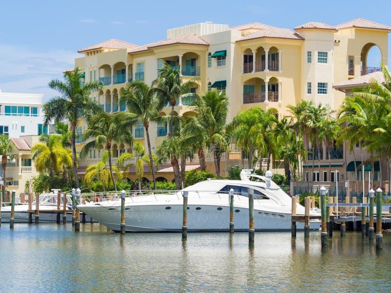 游艇和江边家劳德代尔堡的在佛罗里达 库存照片