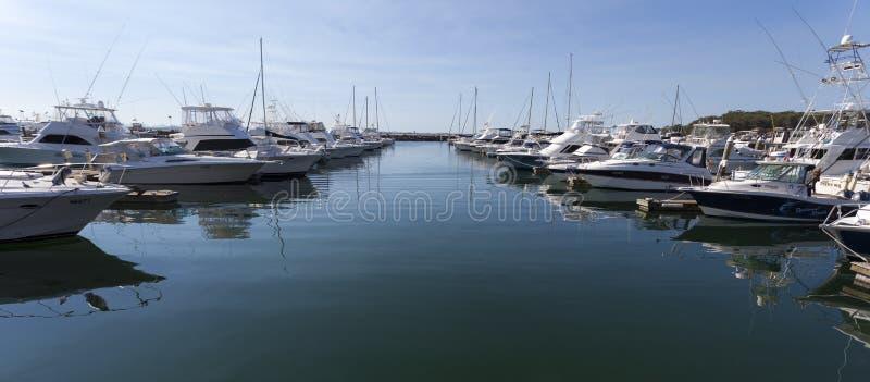 游艇和汽船被停泊在小游艇船坞。纳尔逊Ba 免版税库存照片