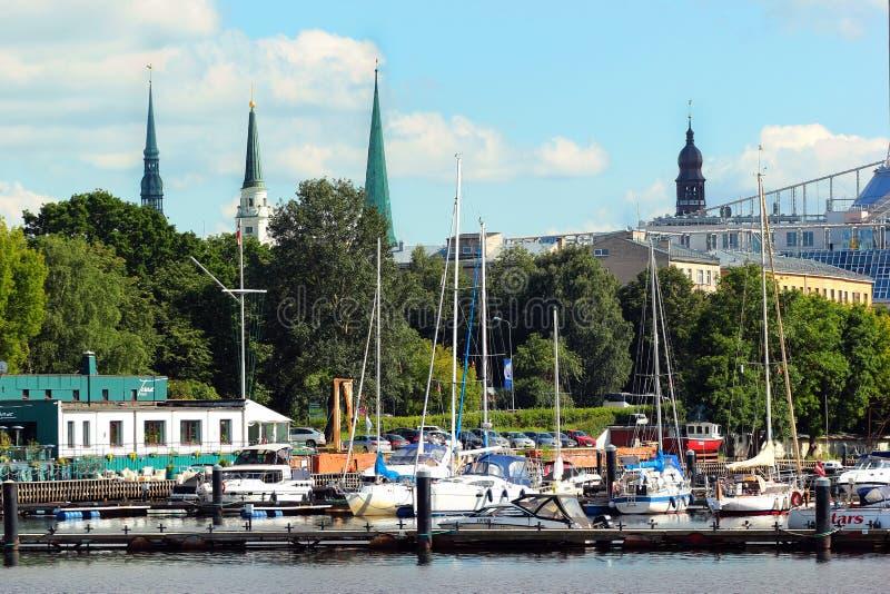 游艇和汽艇在里加,拉脱维亚 库存图片