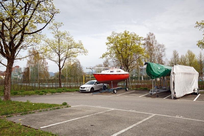 游艇和汽车停车处 可汗, Zug,瑞士,欧洲小行政区镇  免版税库存照片