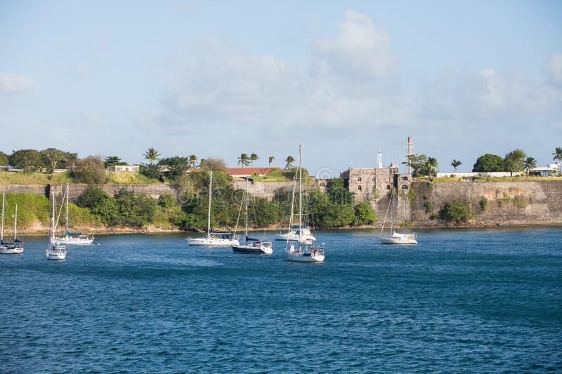 游艇和风船在法国堡垒下 库存图片