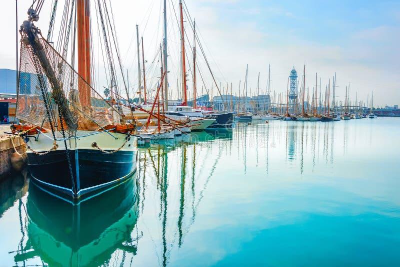 游艇和风船,巴塞罗那小游艇船坞 免版税库存图片