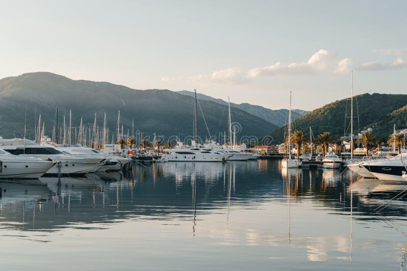 游艇在口岸准备航行在背景的日落  库存照片
