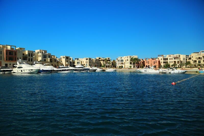 游艇在塔拉海湾手段的港口在亚喀巴市,约旦附近 图库摄影