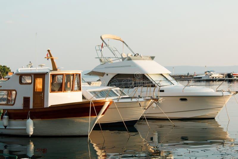 游艇在小游艇船坞被停泊,美好的阳光照亮 免版税库存照片