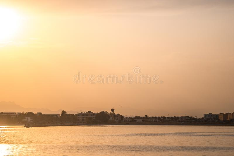 游艇在海口靠了码头在日落 库存照片
