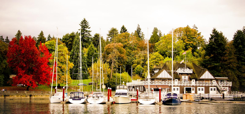 游艇在造船厂小游艇船坞靠了码头在史丹利公园 免版税库存照片