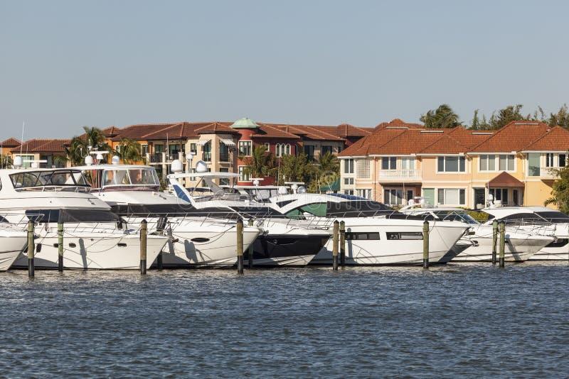 游艇在那不勒斯,佛罗里达小游艇船坞  库存图片
