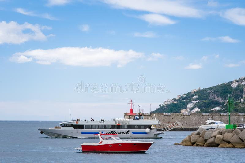 游艇在阿马飞港口小游艇船坞科波拉,阿马飞口岸,萨莱诺省,褶皱藻属,阿马尔菲海岸,Costiera Amalfitan的区域 免版税库存图片