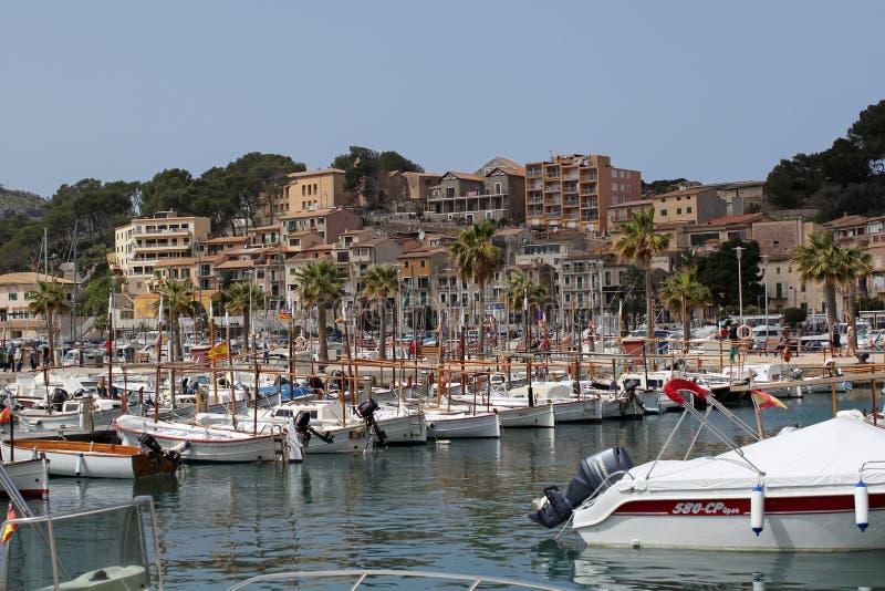 游艇在Port de索勒,马略卡,西班牙港口  免版税库存照片