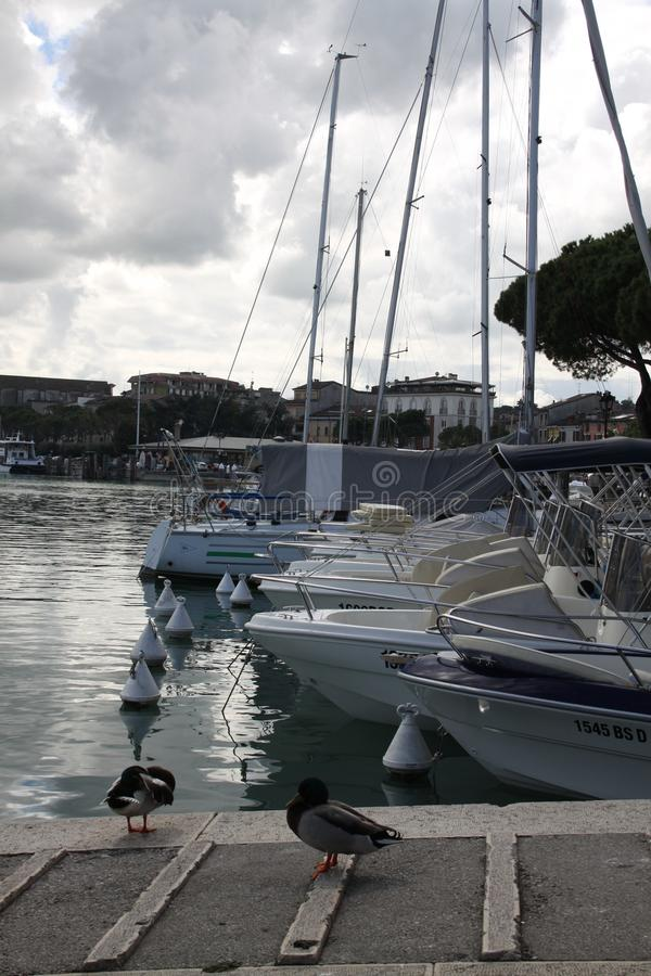 游艇小游艇船坞和风暴天空 免版税库存图片