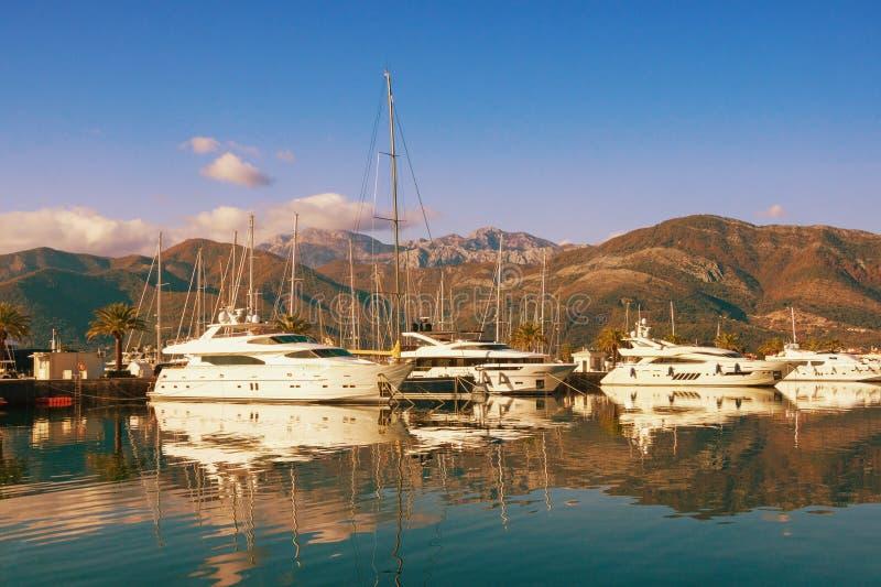 游艇小游艇船坞在亚得里亚 黑山,科托尔湾,蒂瓦特市 波尔图黑山小游艇船坞看法  库存照片
