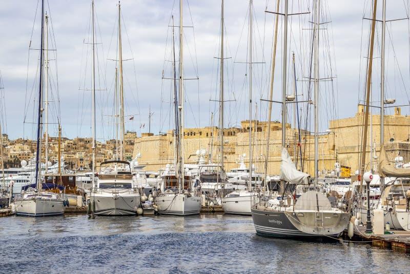 游艇小游艇船坞风船和马尔他建筑学 库存图片