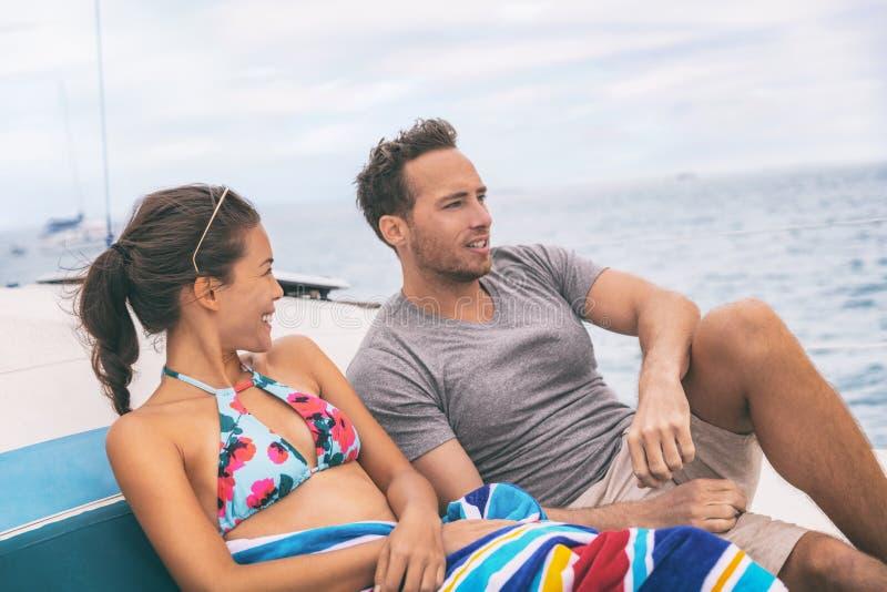 游艇小船生活方式夫妇谈话在游轮在夏威夷假日 享受暑假,妇女的两个游人逃走 免版税库存照片