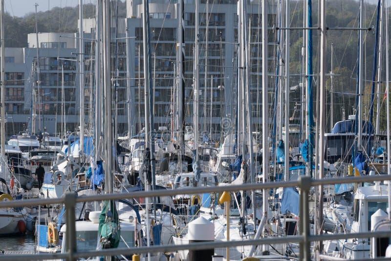 游艇拥挤小游艇船坞 库存图片