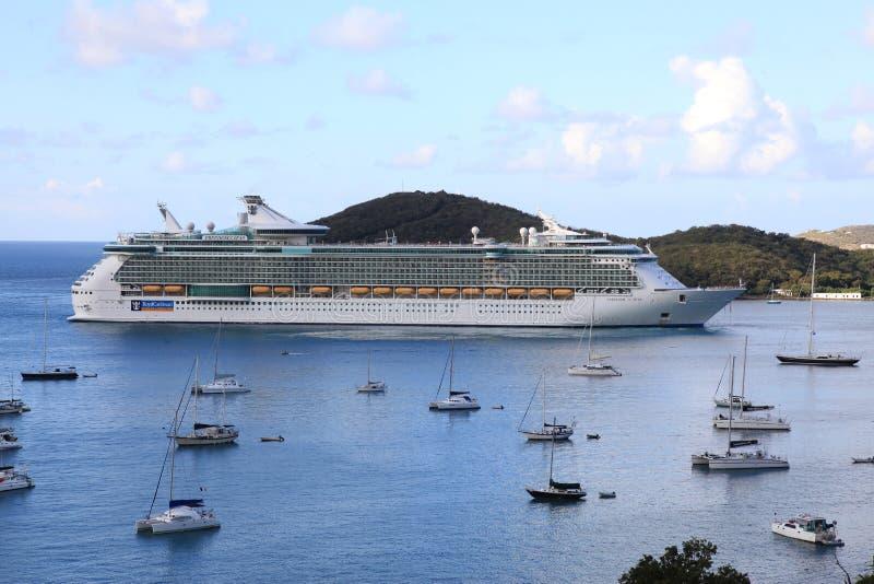 游艇港口看法和皇家加勒比公海自由 免版税图库摄影