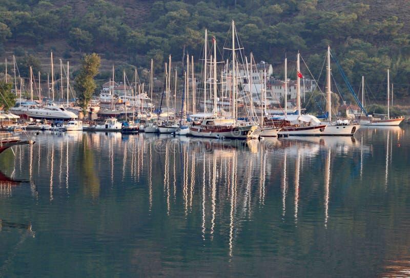 游艇的反射在马尔马里斯港的在一个美好的夏天晚上 图库摄影