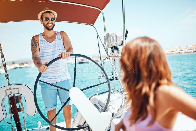 游艇的微笑的人在度假享受明亮的好日子 免版税库存照片