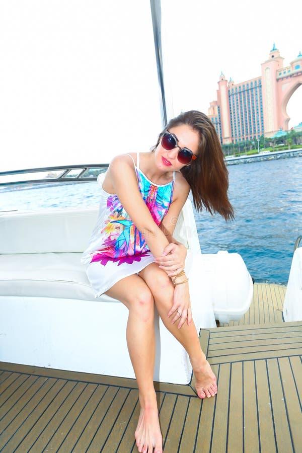 游艇的愉快的逗人喜爱的美丽的女孩 免版税库存照片