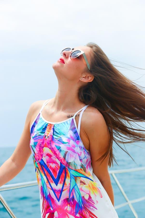 游艇的愉快的逗人喜爱的美丽的女孩 库存图片