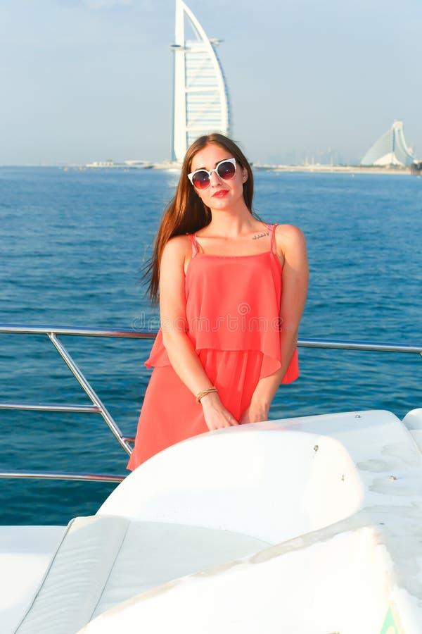 游艇的-迪拜美丽的女孩 库存照片