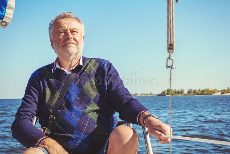 游艇的年长人海上 图库摄影