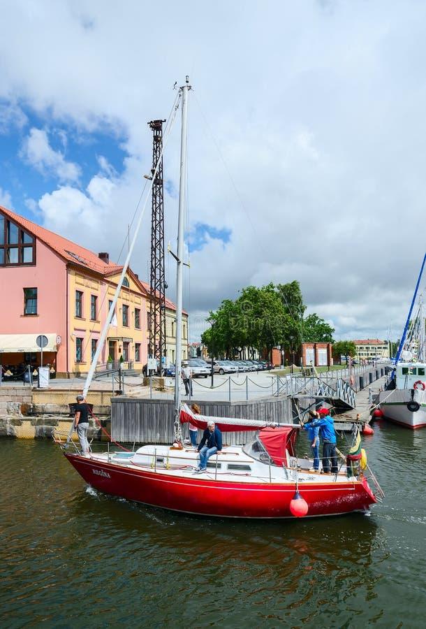 游艇穿过达塞尔护城河克莱佩达城堡港的  免版税库存图片