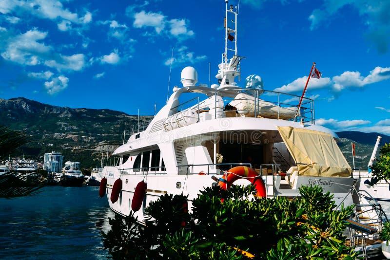 游艇站立在口岸的码头在巴尔干山的背景中在一个夏日 库存图片