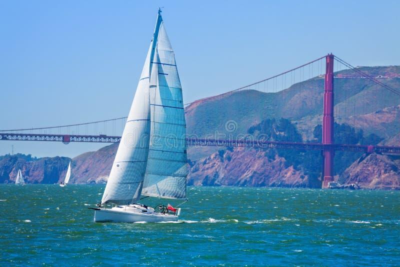 游艇航行在旧金山湾,美国 免版税库存照片