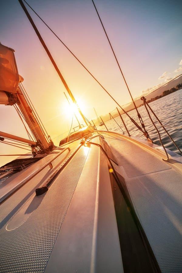 游艇航行特写镜头反对美好的日落的 免版税图库摄影