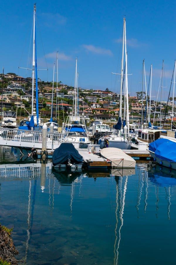 游艇被停泊在小游艇船坞 免版税图库摄影