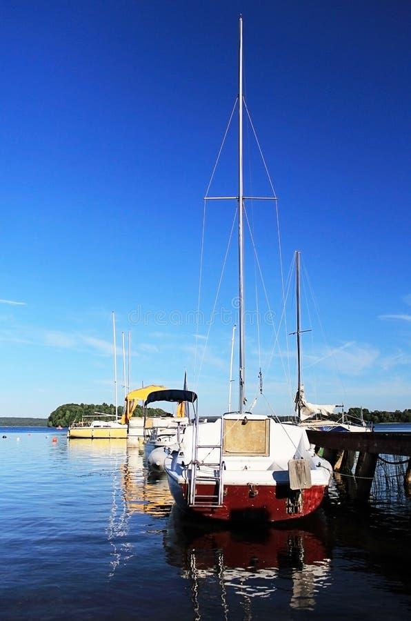 游艇被停泊对岸 免版税库存照片