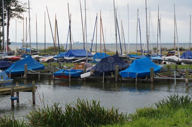 游艇被停泊并且准备在冬天季节 免版税库存照片
