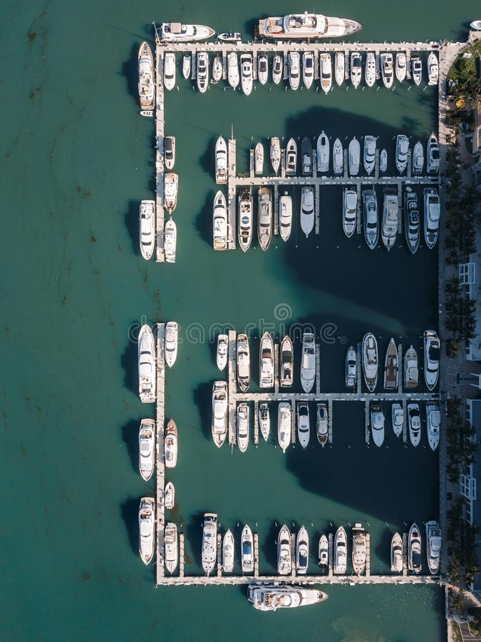 游艇鸟瞰图在迈阿密海滩 免版税库存照片