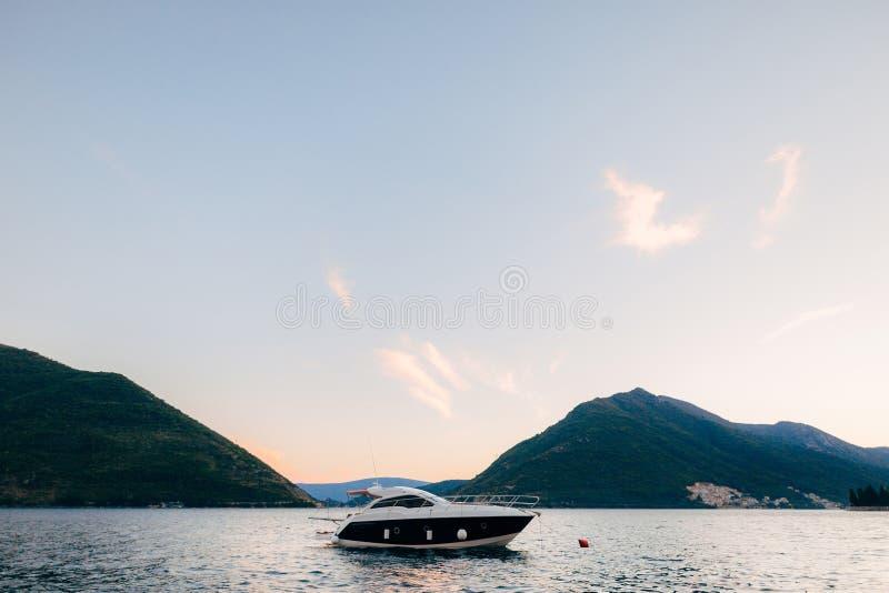 游艇,小船,船在科托尔湾 库存图片