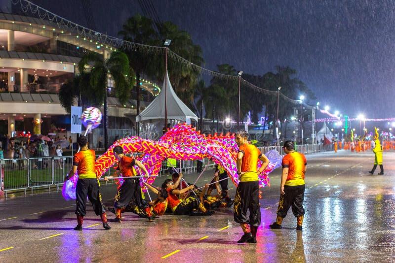 游行排列作为最大的街道节日在亚洲 免版税库存图片