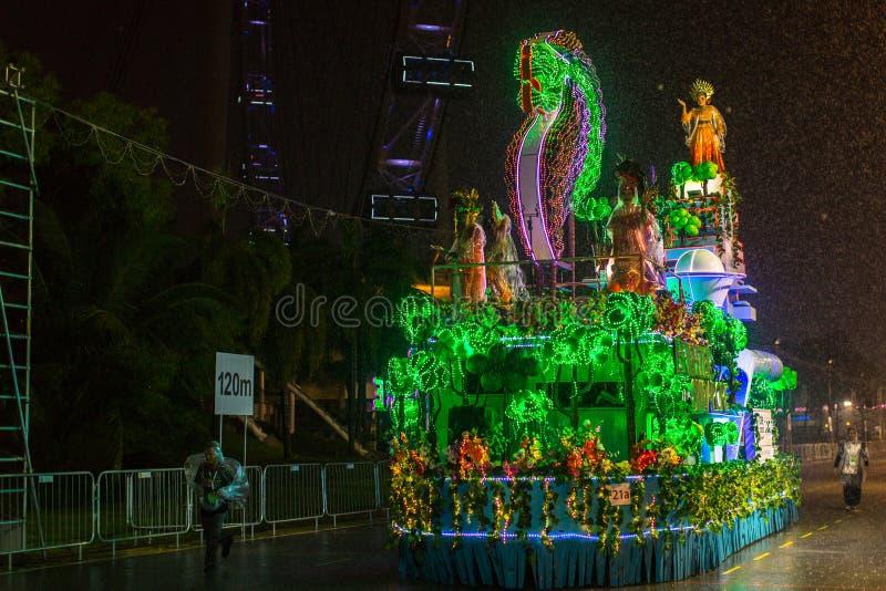 游行排列作为最大的街道节日在亚洲 免版税库存照片