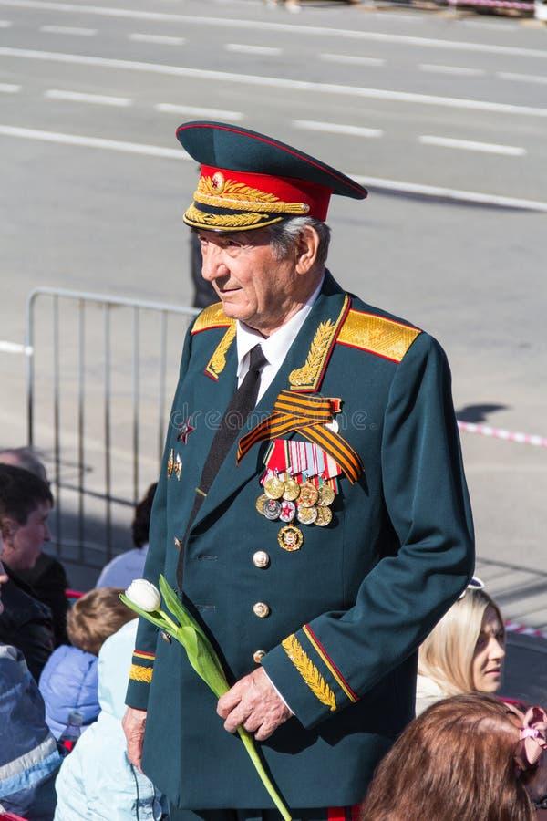 游行的俄国退伍军人在每年胜利天 库存照片