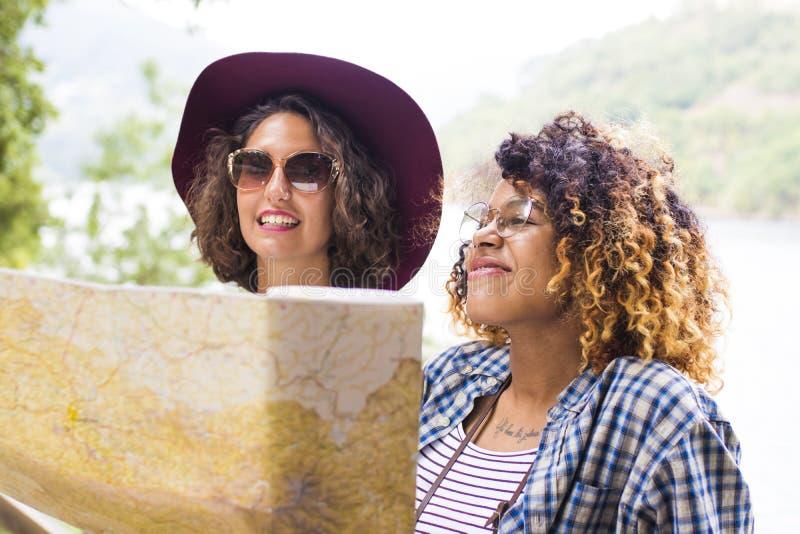 游览和旅行的朋友与假日映射 免版税库存照片