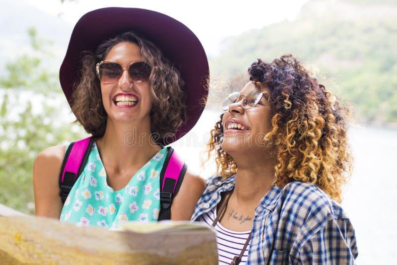 游览和旅行的朋友 免版税库存图片