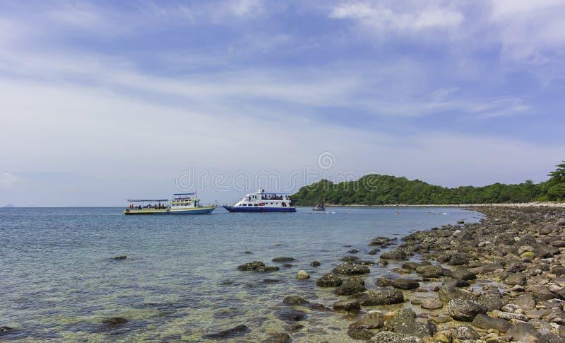 游览在海岛附近的巡洋舰船锚 库存图片