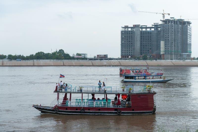 游览在Tonle Sap河的小船,有索卡旅馆的在co下 免版税库存照片