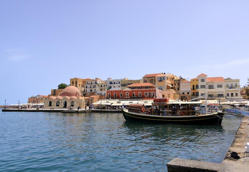 游览小船巡航的威尼斯式港口和干尼亚州,克利特,希腊地中海  免版税库存照片