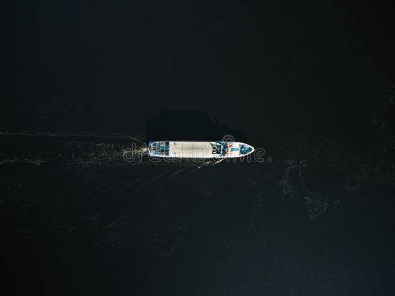 游览小船鸟瞰图有乘客的河的 免版税图库摄影